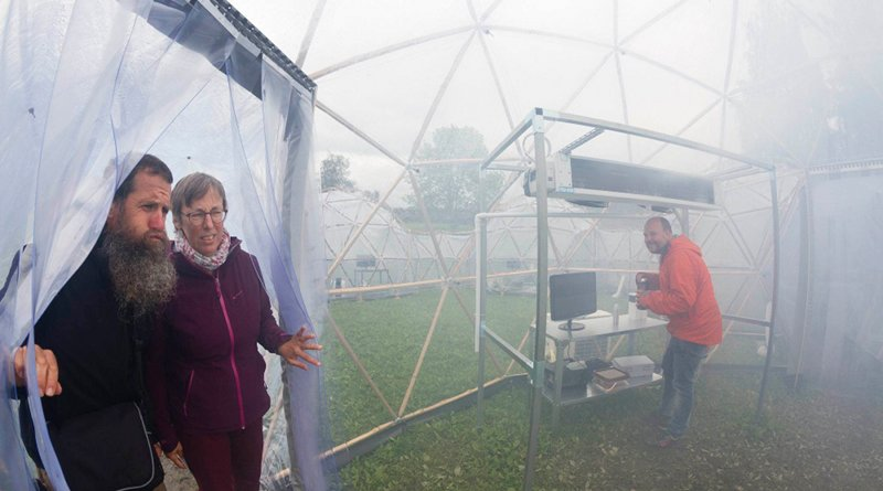 The Pollution Pods during the science festival Starmus IV at NTNU in 2017. Hugo Verdoot and Annelies Michiels from Belgium enter the Pollution Pod representing Beijing as Christian Klöckner mixes the air quality in the pod. Photo: Thor Nielsen / NTNU