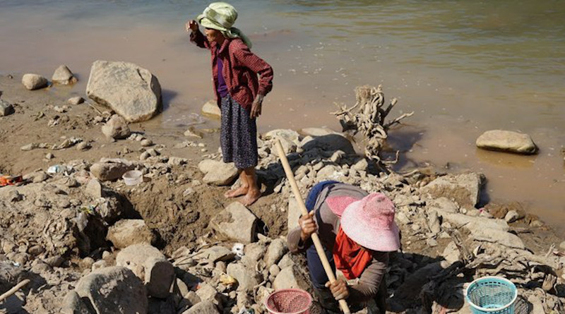 Villagers take advantage of lower water levels in the Mekong River to search for gold nuggets in northern Thailand's Chiang Khong district, Feb. 14, 2020. Nontarat Phaicharoen/BenarNews