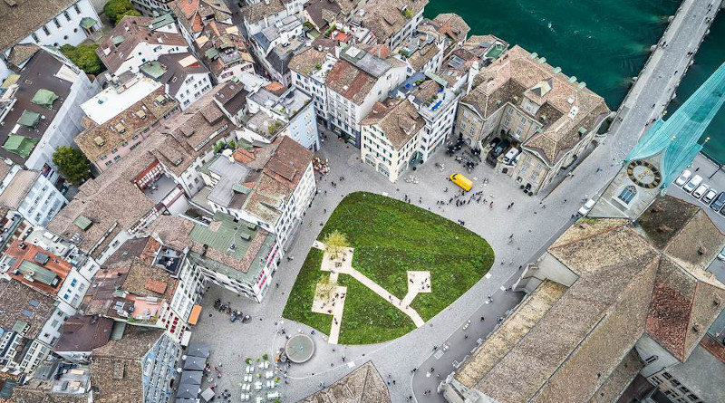 The Münsterplatz in Zurich is a classic heat island. A green area such as the one shown here as part of an art project in the summer of 2019 could help. Image: Peter Baracchi