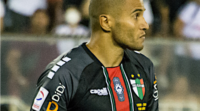 Argentine footballer Leandro Benegas wearing jersey of Chile's Deportivo Palestino. Photo Credit: Carlos Figueroa, Wikipedia Commons