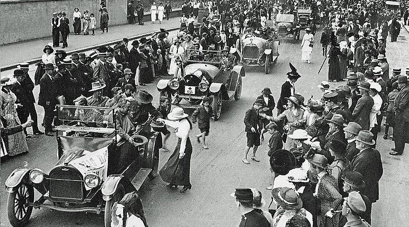 First Anzac Day parade in Sydney, along Macquarie Street, 25 April 1916. Photo Credit: Century of Pictures, Penguin Books, 2008, Edited by Mike Bowers, Wikimedia Commons