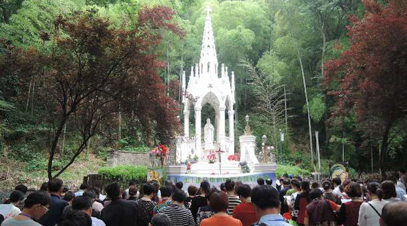 Catholics praying at a Sheshan Marian grotto in the Chinese city of Shanghai in 2015. (UCA News file photo)