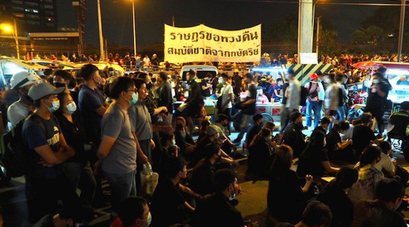 """Thousands protest in front of the Siam Commercial Bank headquarters to demand the king return """"national assets,"""" Nov. 25, 2020. Nontarat Phaicharoen/BenarNews"""