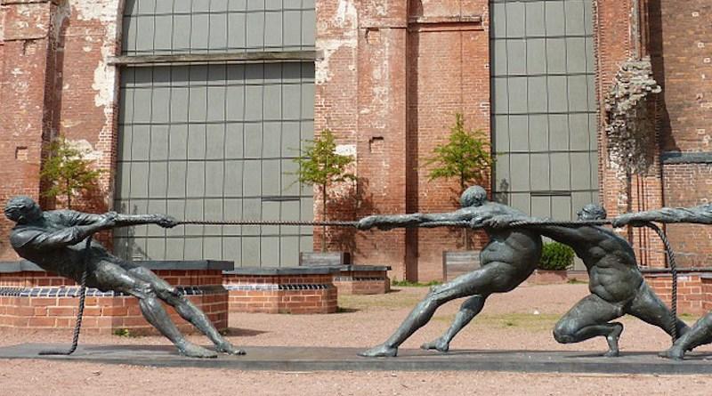 tug of war statue