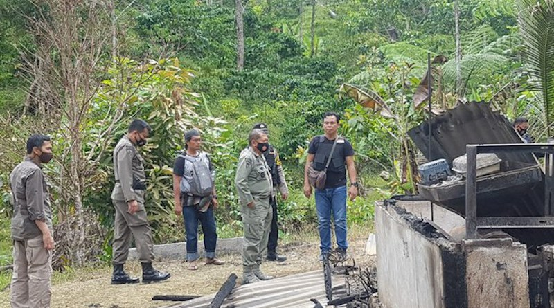 Central Sulawesi Police Chief Abdul Rakhman Baso (second right, front) stands in front of a home burned during an attack in Lembantongoa village blamed on the MIT terrorist group in which assailants killed four local residents, Nov. 28, 2020. Photo: Courtesy of Central Sulawesi police