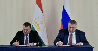 Tajikistan PM Kohir Rasulzoda and Russian deputy PM Alexei Overchuk at a signing ceremony in Moscow this week. (Photo: Tajikistan Foreign Ministry)