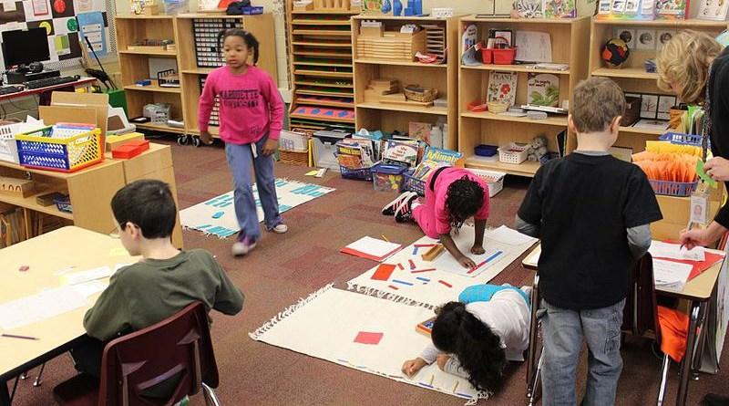 A Montessori classroom in the United States. Photo Credit: KJJS, Wikipedia Commons