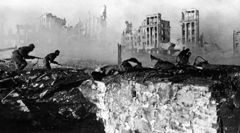Soviet soldiers attack, February 1943. The ruined Railwaymen's Building is in the background. CC BY-SA 3.0
