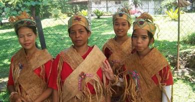 A group of Orang Asli from Malacca, Malaysia in folk costume. Photo Credit: В.А. Погадаев, Wikipedia Commons