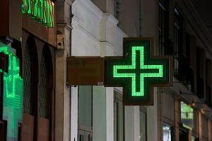 Photographie d'une croix verte de pharmacie