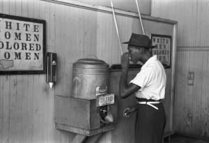 Photo de 1933. Noir buvant à une fontaine réservée aux noirs