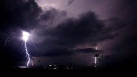 photographie d'éclair sur fond de nuit