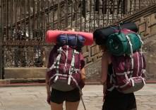 deux jeunes de dos avec de gros sacs à dos