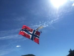 Drapeau norvégien sur fond de ciel bleu