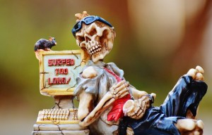 Image humoristique d'un squelette appuyé contre un ordinateur