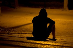 homme solitaire de dos et de nuit