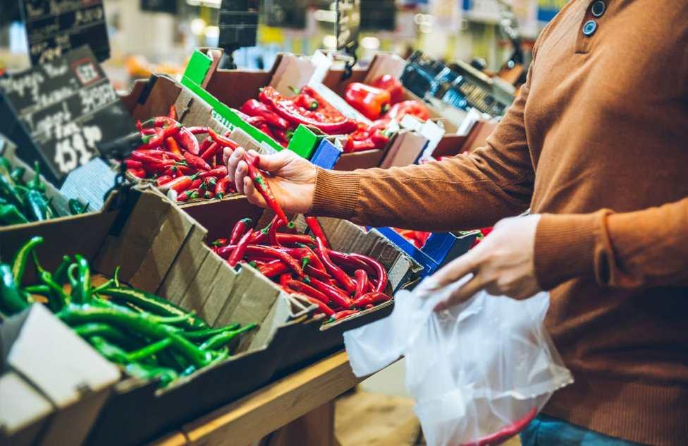 Resultado de imagem para compradores em supermercado
