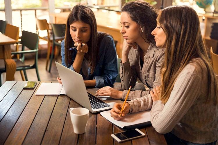 estudantes na faculdade em Portugal