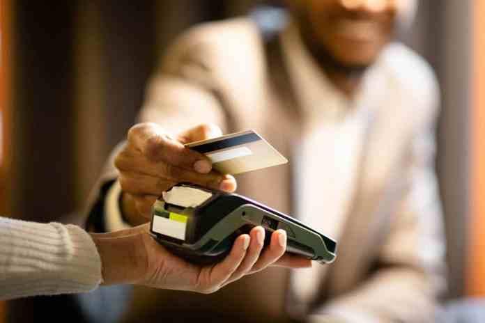 Cartão de débito no exterior: saiba como usar e se vale a pena