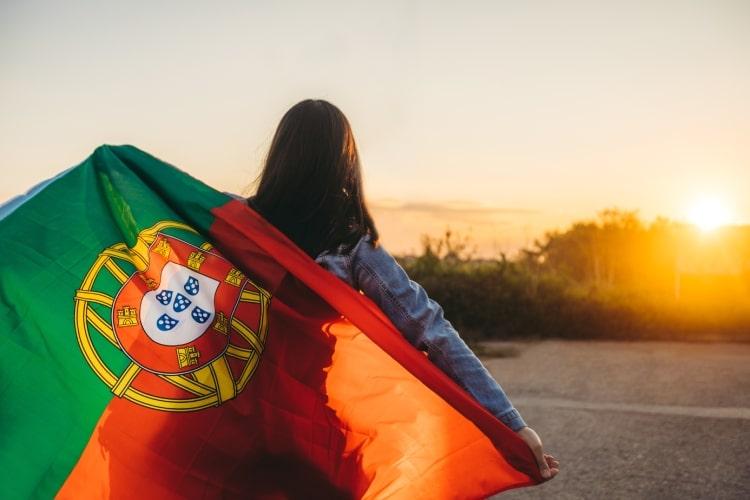 Menina com a bandeira de Portugal