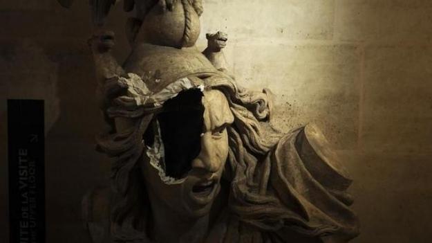 Учасники протестів у Парижі серйозно пошкодили Тріумфальну арку