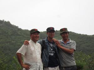 Turistas chinos tomándose la foto en la muralla china.