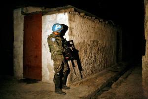 Casco azul de la ONU patrulla de noche en un barrio de Puerto Príncipe, la capital de Hiatí. Foto: UN/Sophia Paris