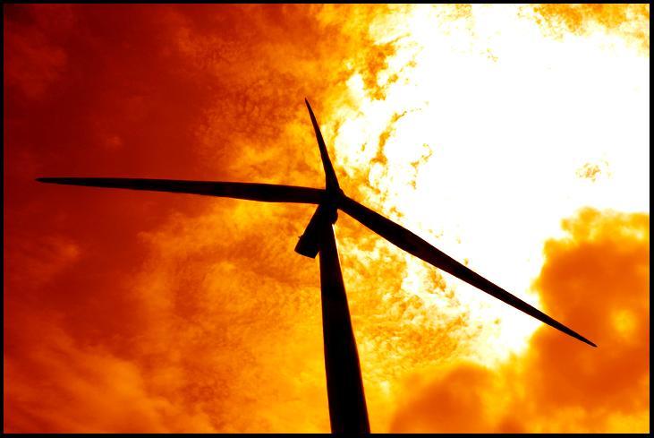 Silueta de un molino de viento sobre el cielo