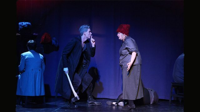 Ein dunkler Theaterabend – mit vielen Farbtupfen