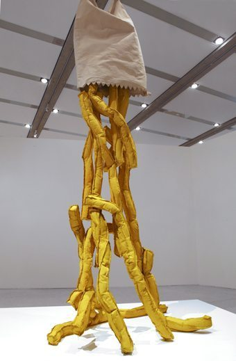 Claes Oldenburg Shoestring Potatoes, Spilling from a Bag, 1966 Canvas filled with kapok, glue and painted with acrylic / Leinen gefüllt mit Kapok, Leim, bemalt mit Acryl 274.3 x 132.1 x 101.6 cm Collection Walker Art Center, Minneapolis; Gift of the / Schenkung der T. B. Walker Foundation, 1966 Photo: mumok © Claes Oldenburg