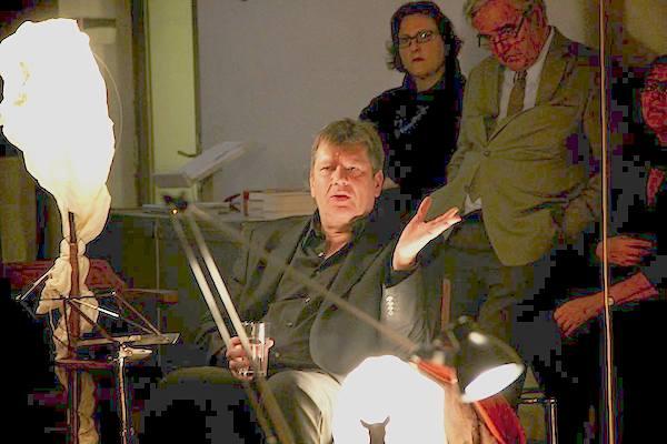 Wilfried Steiner und sein Triptychon der Künste standen im Mittelpunkt der 1. LiteraTurnhalle im Brick-5. (Foto: Salon5)