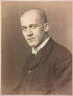 Oskar Kokoschka mit kahlrasiertem Kopf