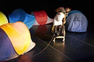 Elisabeth Tambwe erweist sich im ersten Teil des Abends als wahre Zelt-Meisterin. (Foto: Thomas Lachambre)