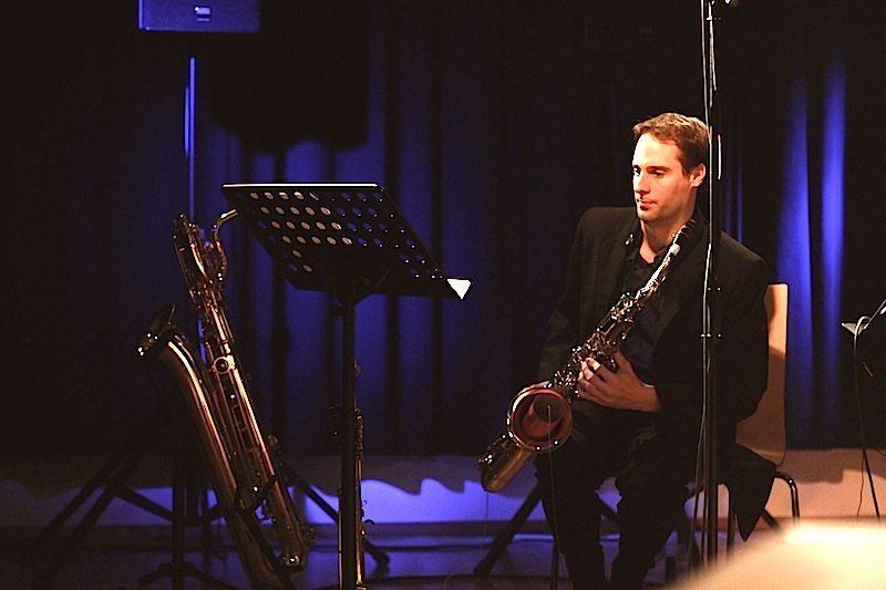 Lars Mlekusch von Duo Saxophonic bei einem Auftritt in der Alten Schmiede Wien