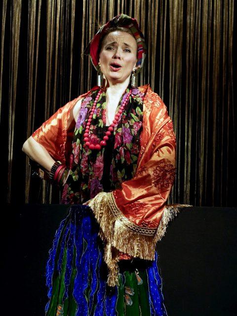 """Ulla Pilz als Wahrsagerin in """"Die Brüste des Tiresias"""" (c) Armn Bardel"""