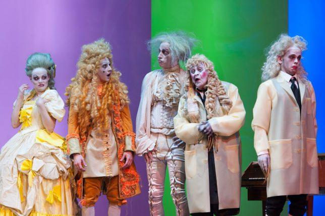 Marie-Luise Stockinger (Angélique), Laurence Rupp (Cléanthe), Joachim Meyerhoff (Argan), Ignaz Kirchner (Dr. Diafoirus), Simon Jensen (Thomas Diafoirus) (c) Reinhard Werner Burgtheater