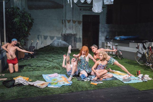 Florian Appelius (Zecke), Simon Jensen (Glatze), Sarah Viktoria Frick (Loretta), Aaron Friesz (Zahn), Nélida Martinez (Locke) (c) Marcella Ruiz Cruz Burgtheater