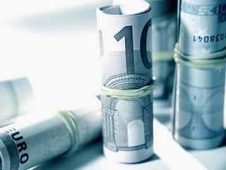 Μια άλλη διάσταση του ελληνικού χρέους είναι η κατανομή των λήξεων των ομολόγων, των οποίων η συνολική αξία είναι 80,2 δισεκατ. ευρώ. Σε αυτά περιλαμβάνονται όσα κατέχουν οι ιδιώτες επενδυτές, καθώς και η ΕΚΤ. Πάνω από το μισό του συνολικού αυτού ποσού λήγει τα επόμενα 7 χρόνια, μέχρι και το 2020. Τα υπόλοιπα λήγουν μέχρι και το 2042, με μία μέση κατανομή περίπου 1,5 δισεκατ. ευρώ ετησίως. Οι πιο «βαριές» λήξεις συγκεντρώνονται την τριετία 2013-2015, αφού το 2013 λήγουν 8,3 δισεκατ. ευρώ, το 2014 λήγουν 15,26 δισεκατ. ευρώ και το 2015 λήγουν 6,7 δισεκατ. ευρώ.