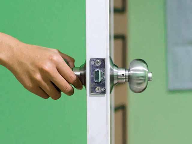 Resultado de imagen para abriendo puerta de una casa