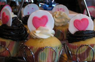 Vanilla cupcakes with dulce de leche filling