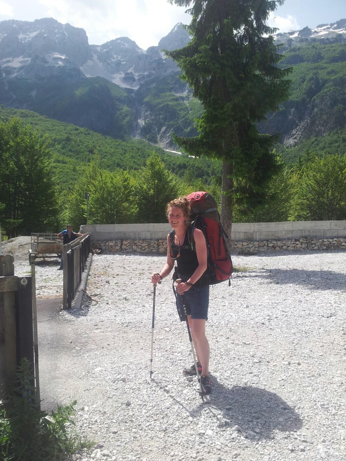 Bepakt en bezakt bij de start van de route in Valbona