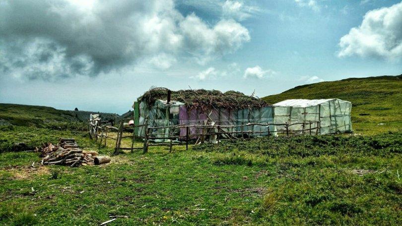 """Zomer """"dorp"""" in de bergen van Kosovo"""