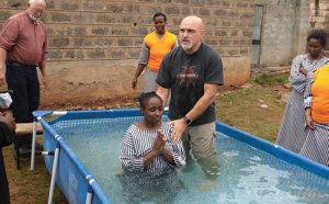 Ronnie Hepperly baptizing a believer in a Nairobi, Kenya, women's prison