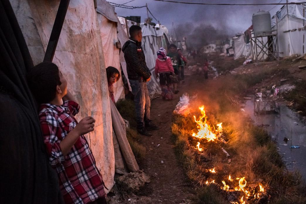 Asentamiento informal a las afueras de Zahle donde viven unas 300 personas. Los refugiados sirios deben pagar un alquiler por la parcela donde está instalada su tienda, así como el agua y la luz. Más allá de las ayudas que reciben de la ACNUR (UNHCR), deben trabajar para poder subsistir.