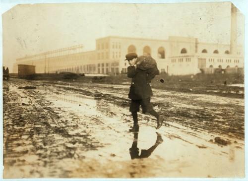 5_Près d'une gare, en train de voler du charbon à Boston, Massachusetts