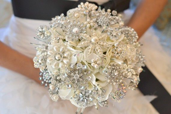 https://i2.wp.com/www.evelynclarkweddings.com/wp-content/uploads/2011/11/pearl_glittery_brooch_bouquet_Noaki.jpg