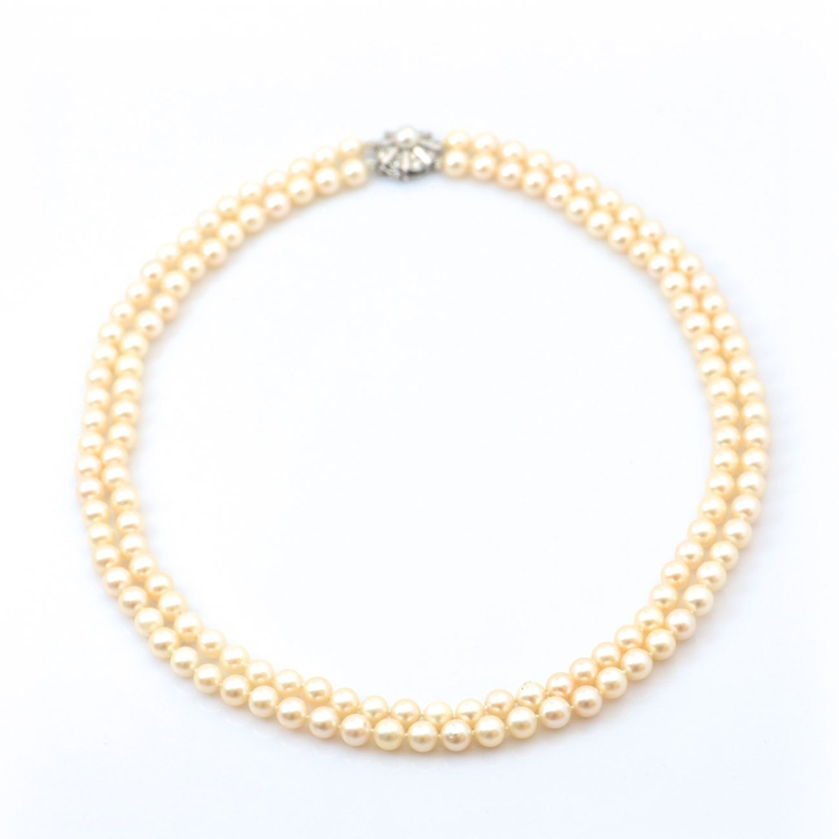 Collier de perles de culture 2 rangées, fermoir or blanc 750 serti de 16 diamants taille brillant, 0,40 ct | Réf. CO-B18330 | EVENOR Joaillerie • Bijoux neufs et bijoux Vintage