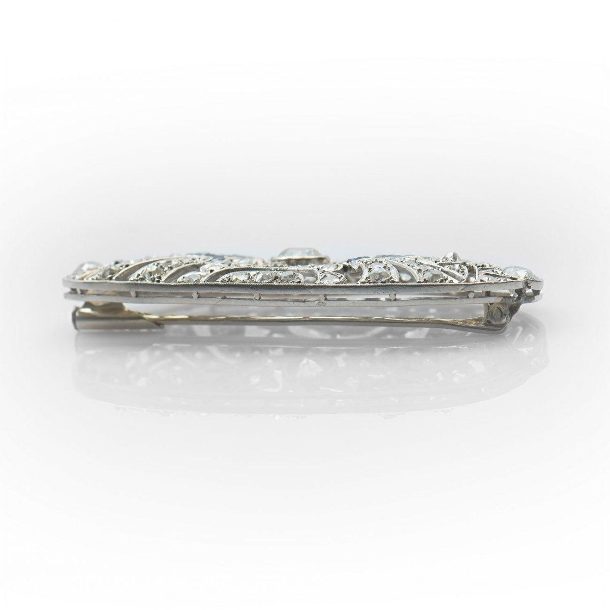 Broche platine diamants et saphirs calibrés, diamants 2,65ct env. saphirs 0,26ct env., platine 950‰ | Réf. BR-B18886 |EVENOR Joaillerie • Bijoux Vintage