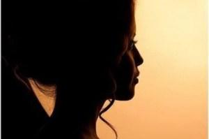 femme de profil au crépuscule