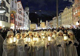 Innsbruck. Dal 15 novembre 2019 al 6 gennaio 2020 la magia dei mercatini di Natale della Capitale delle Alpi, da visitare con un tram d'epoca.